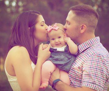 Mamma och pappa lyfter barn