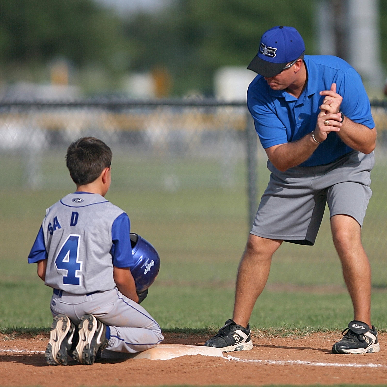 Far och son övar baseboll